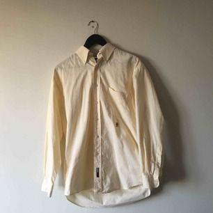 Vintage Tommy Hilfiger skjorta. Bra skick.  Frakt ingår.