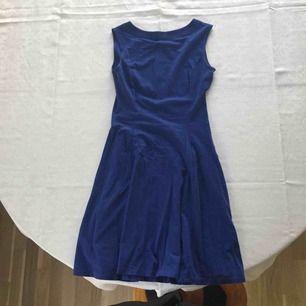Blå klänning med hög hals från Uniqlo. Perfekt till våren och sommaren.