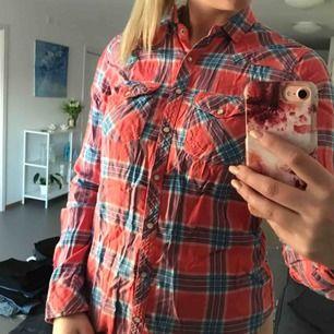 Rutig Hollister skjorta, strl M   Möter upp i Stockholm!