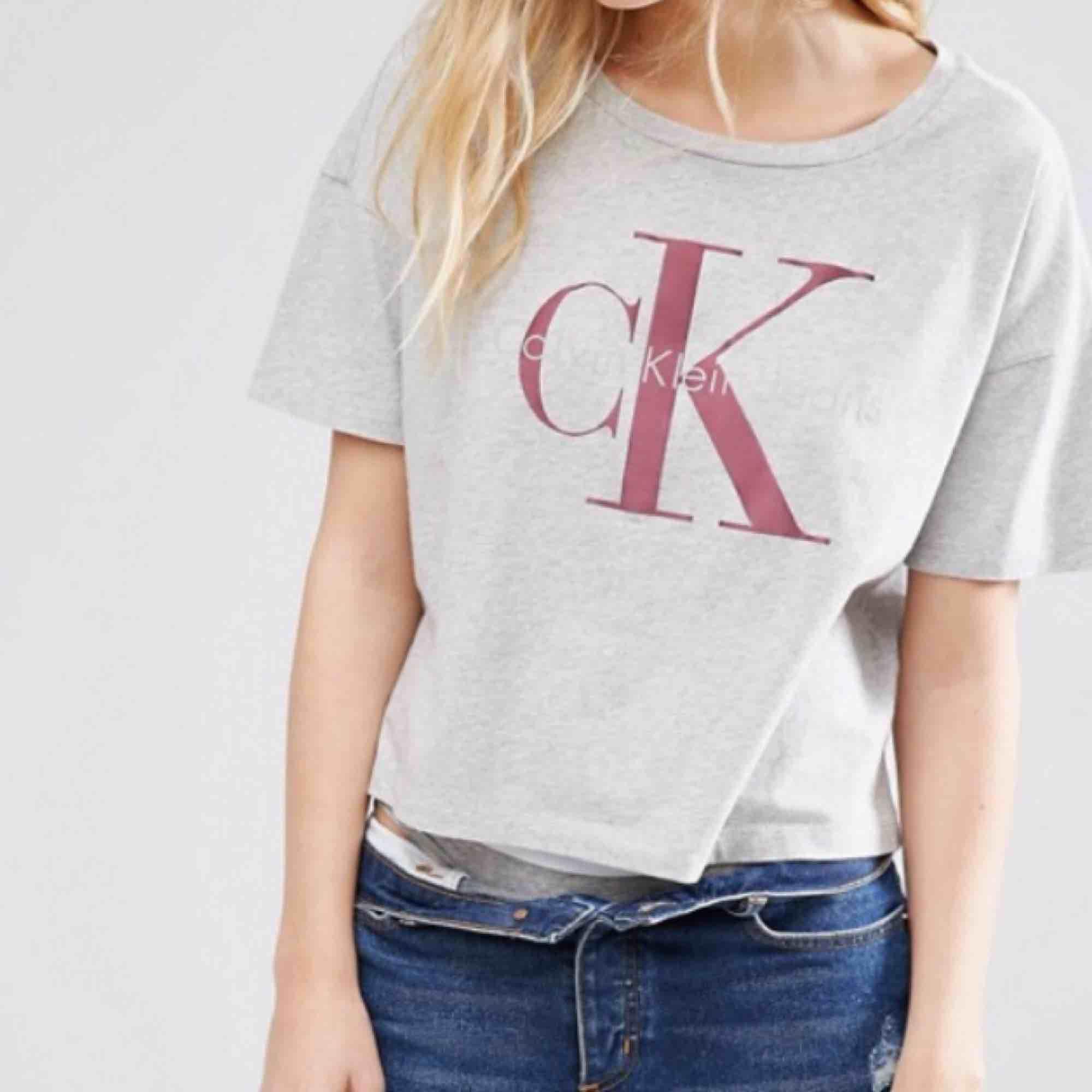 """Jättefin T-shirt från Calvin Klein. Lite kortare i modellen och """"vidare"""" i ärmarna. Knappt använd. Köparen står för ev fraktkostnad ✨✨. T-shirts."""