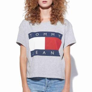 T-shirt från Tommy Hilfiger. Något kortare i modellen. Använd men är fortfarande i jättefint skick! Köparen står för ev fraktkostnad ☀️