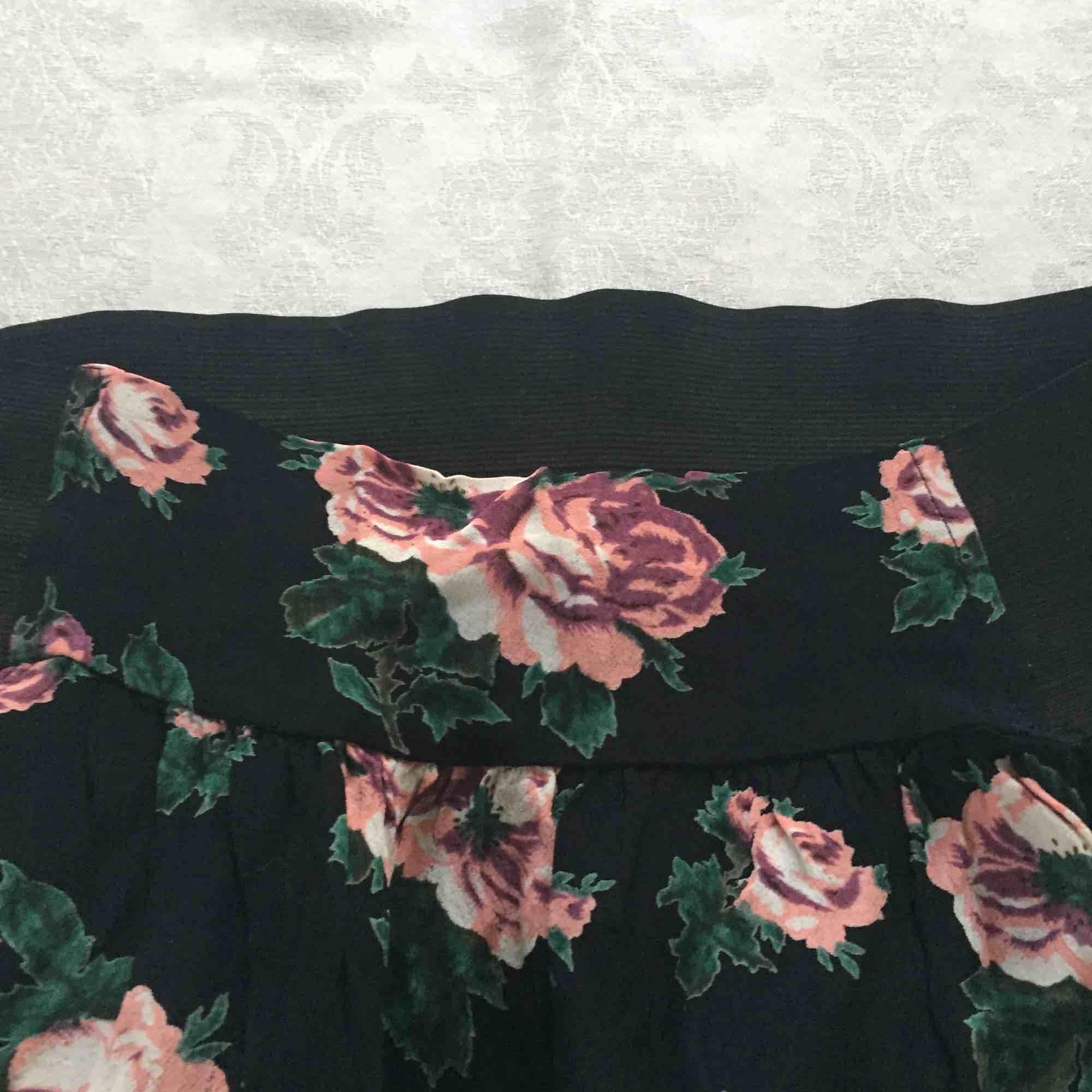 Blommig kjol från Indiska. Jättefin till våren och sommaren.. Kjolar.