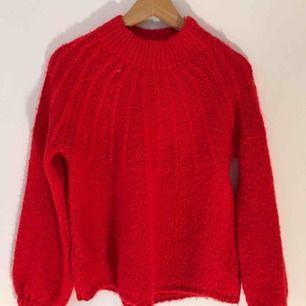 Skitsnygg stickad röd tröja ifrån Monki i storlek S. Väldigt bra skick.