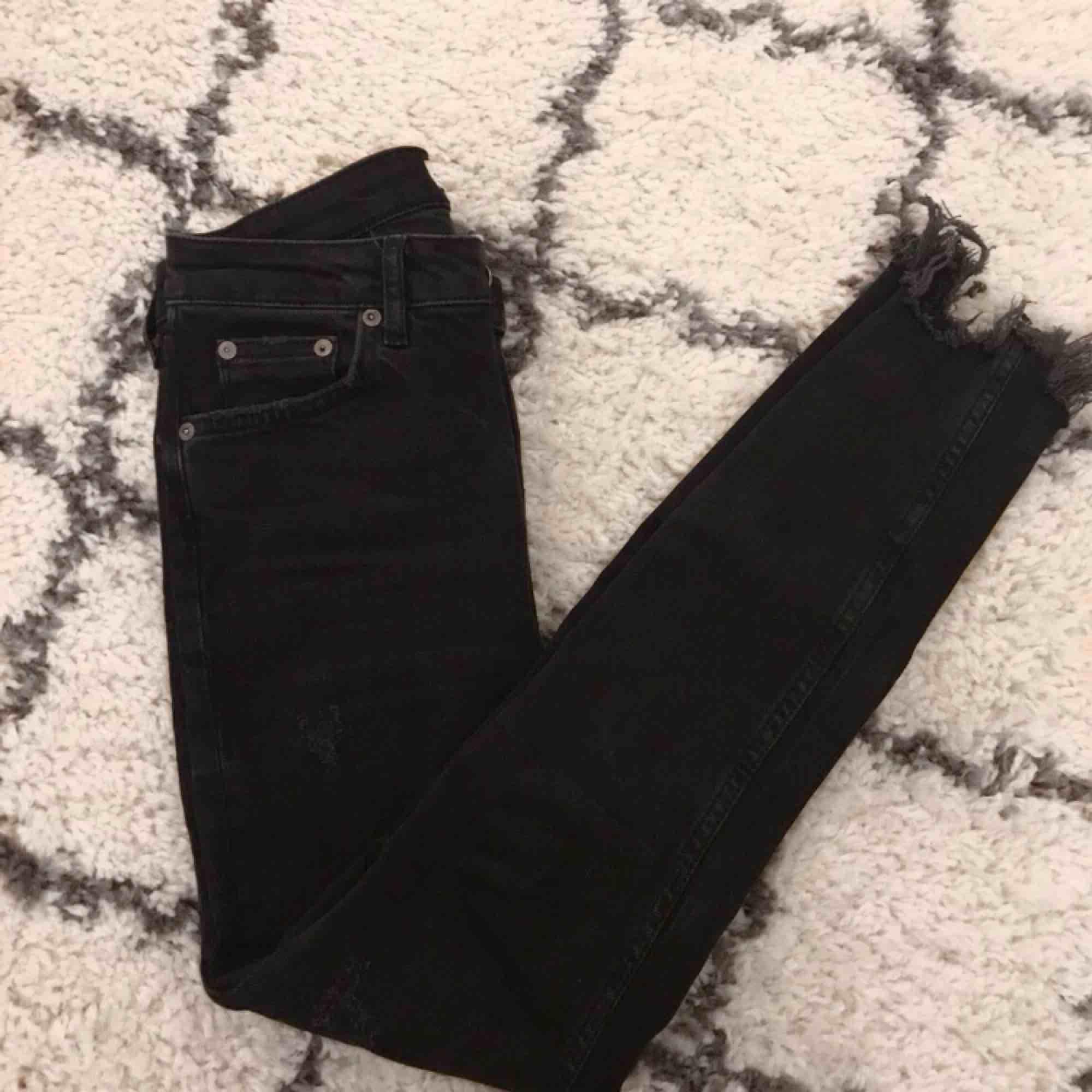 Super snygga jeans från zara med snygga slitningar vid anklarna & små slitningar i byxbenen!  Passar även 36 :). Jeans & Byxor.