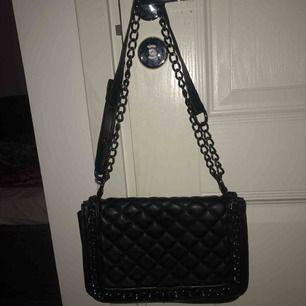 Fin väska från Gina tricot! Använd ca 10 gånger, bra skick, köpt för 500kr