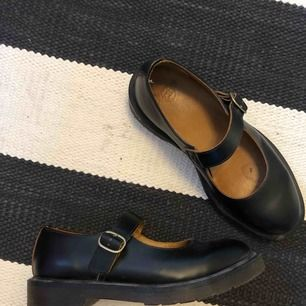 Gulliga dr martens-sandaler i storlek 38! Använda ca 2 gånger och har sedan dess bara stått och dammat, men har lite skavmärken på insidan av foten(syns på bild 2) Kan mötas upp i Stockholm eller Uppsala!