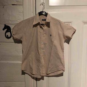 En JÄTTE snygg Ralph lauren skjorta. Säljer pga för stor. Köpte den och trodde att den skulle passa men vara snyggt oversize men den var lite väl stor. Tror den skulle passa en medium, large och XL. Nypris 1200kr. Köparen står för frakt.