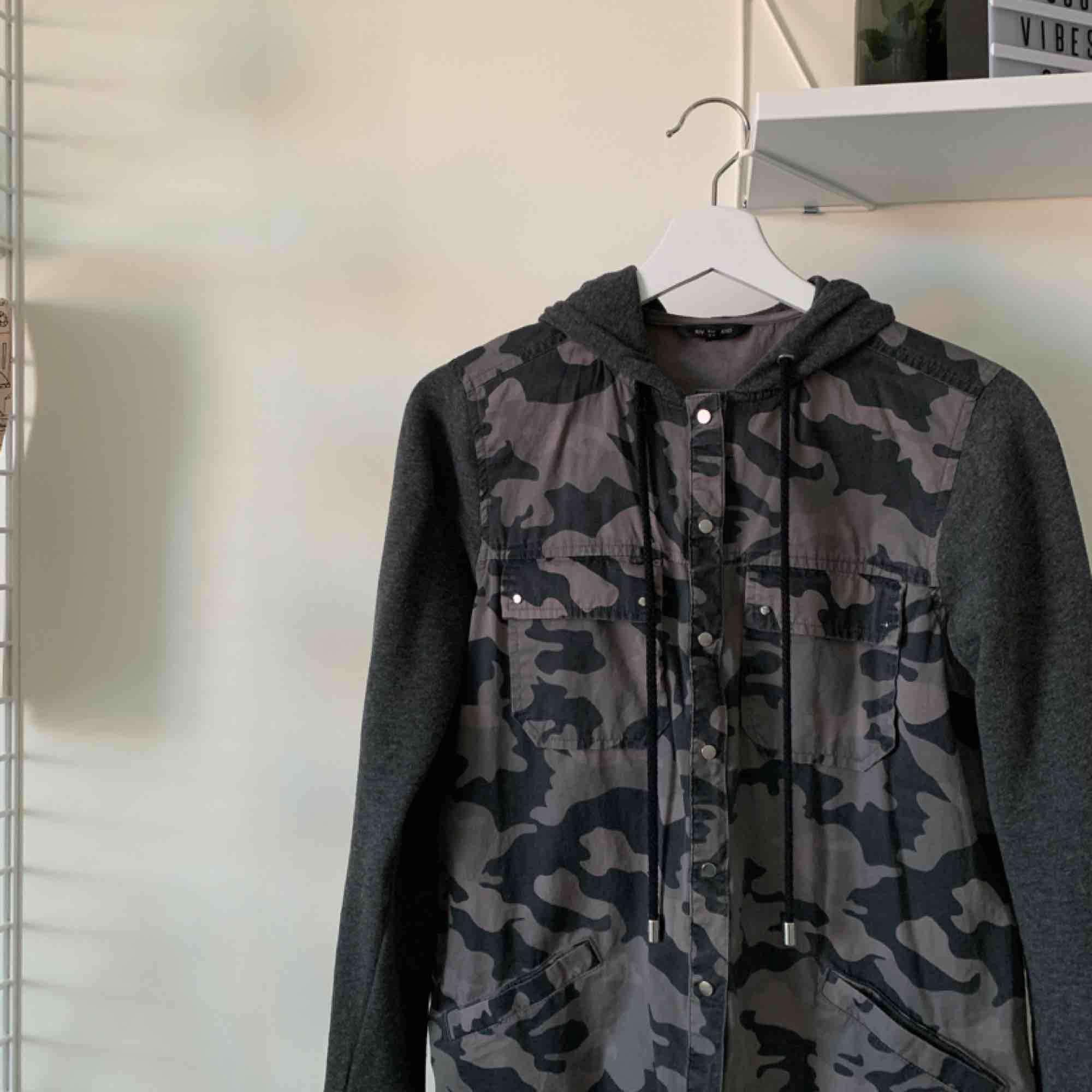 En väldigt cool militär hoodie/kofta från River Island ☺️. Tröjor & Koftor.