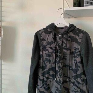 En väldigt cool militär hoodie/kofta från River Island ☺️