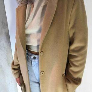 Säljer min ursnygga kappa i beige/brun från h&m. Jag är 165 och på mig går den nedanför knäna. Kan mötas upp i Trollhättan men kan också frakta då köparen står för betalningen.