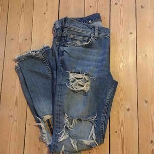 Säljer ett par trasiga jeans från Zara Woman i strl 34. Byxorna är i mycket fint skick men säljer dom då dom är lite stora på mig. Köparen står för frakt o swisch funkar fint😉