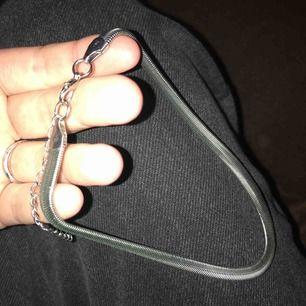 silvrig choker som aldrig kommer till någon användning, kan bli som störst 37cm och minst 30cm. pris är inkl. frakt.