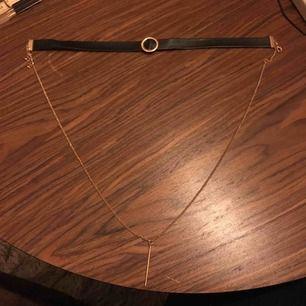 svart och gullig choker, halsbandet som sitter fast i chokern är till mitt på bröstet. priset är inkl. frakt.