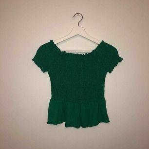 Helt oanvänd topp från i storlek S! Grön, väldigt stretchigt tyg.