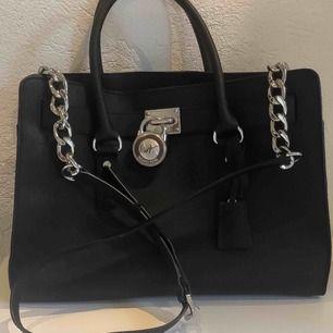 Saffinoläder, Silver och läderaxelrem (43cm) med två handtag. Väskan har flera fack inuti.  Storleken på väskan är: 37 cm lång x 14 cm bred x 27 hög.  Sparsamt använd! Köpare betalar frakt 🐯