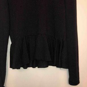 """En jättefin blus/tröja från HM i diskret glittrigt tyg. Går att använda även om man har XS/S eller M i storlek, beror på hur man vill att den ska sitta. Jag har XS egentligen men har använt den som en """"lösare"""" tröja."""