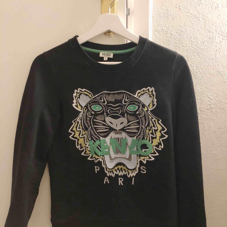 Kenzo tröja köpt på NK i Stockholm, har tyvärr inget kvitto kvar då den köptes för länge sen. Sparsamt använd och ser så gott ut som ny.  Kommer tyvärr aldrig till användning längre, därav de billiga priset.. Huvtröjor & Träningströjor.