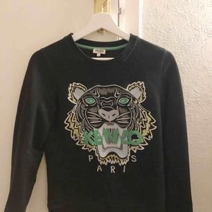 Kenzo tröja köpt på NK i Stockholm, har tyvärr inget kvitto kvar då den köptes för länge sen. Sparsamt använd och ser så gott ut som ny.  Kommer tyvärr aldrig till användning längre, därav de billiga priset.