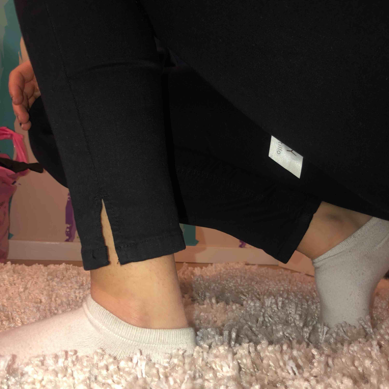 Helt oanvända svarta skinny jeans med hål på knäna. Fin detalj med en pytteliten slits längst ned! Möts upp i Stockholms innerstad eller fraktar (köpare står för fraktavgift).. Jeans & Byxor.