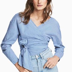 Omlottblus/skjorta från H&M. Vit-blårutig. Knappt använd. Köparen står för ev fraktkostnad ✨