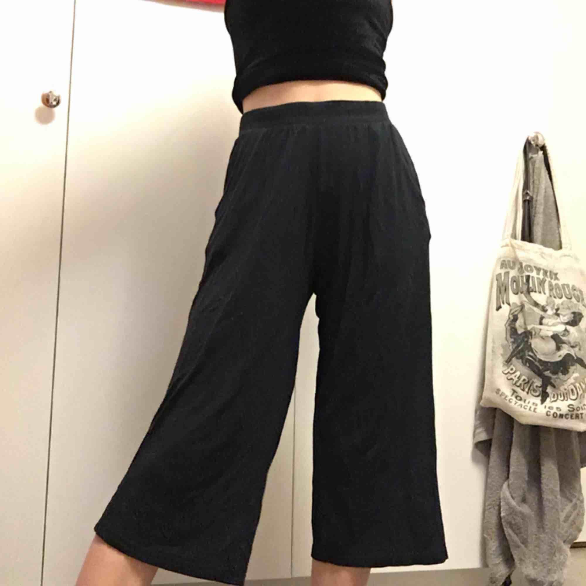 Sköna och lössittande byxor! Räcker en bit över knäna på mig som är 162 cm och är sparsamt använda, därmed det billiga priset🌹. Jeans & Byxor.