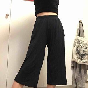 Sköna och lössittande byxor! Räcker en bit över knäna på mig som är 162 cm och är sparsamt använda, därmed det billiga priset🌹