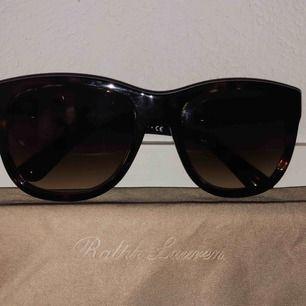 """Solglasögon från Ralph Lauren """"The Ricky"""". Original fodral samt putsduk medföljer. Fint skick! Köpare betalar frakt 🕶"""
