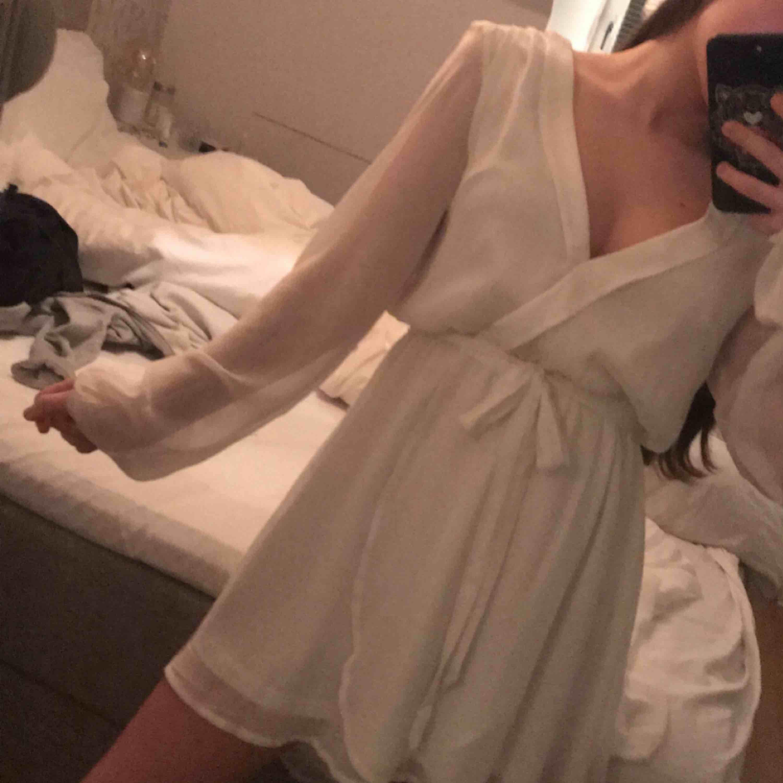 Superfin klänning från nly trend! Använd 1 gång, passar storlek XS-S. 🌸har en liten mörk fläck på tyget under (underklänningen) men den ser man absolut inte!. Klänningar.