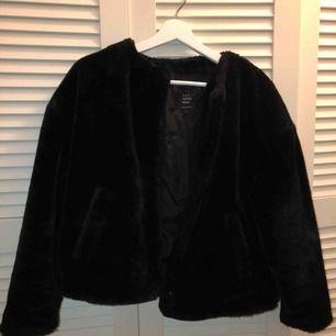 svart fluffig jacka, använd 4 fyra gånger och kommer från zara, Nypris 600kr
