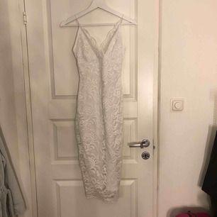 Jättesnygg vit lite längre klänning, använt 1 gång på (skolavslutning) sitter lite tajtare då den är till för att få fram formerna lite mer. Sitter super skönt! Fler bilder vid intresse! 200kr + frakten.