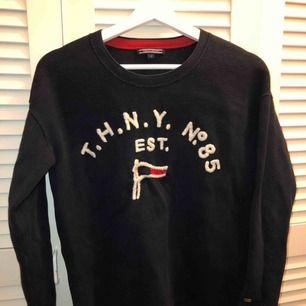 Tommy Hilfiger tröja använd flitigt men väldigt bra skick,Nypris 1700kr pris kan diskuteras
