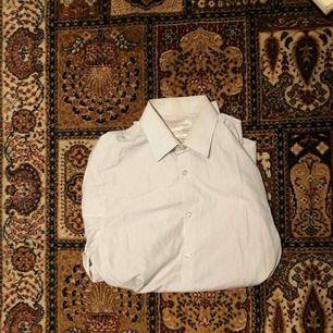 Två stycken Calvin Klein skjortor. 200 för båda, 125 kr styck annars.  Finns att hämtas i Norrköping under kommande helg (22-24/3), annars i Stockholm stad/alternativt Huddinge.