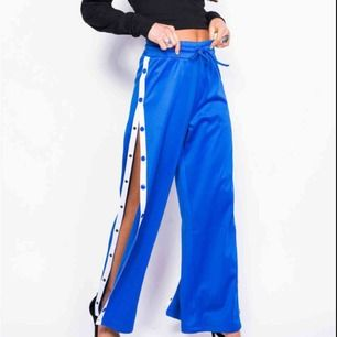 Blå popper pants från Madlady i stl S, går att knäppa upp hela vägen längs benet. Nypris 500 kr. Frakt 55 kr.