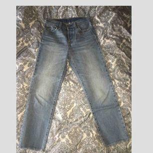Jeans från Levi's. Sparsamt använda. Originalpris: 1099 kr. Modell: straight leg ankle, avklippta & knappar i gylfen. Ljus tvätt. Midja: 26 Längd: 30. 650 + frakt. Swish ❤️