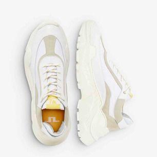 Säljer ett par helt nya sneakers i trendig modell från J Lindeberg i storlek 37.   Frakt 50 kronor, betalas av köparen.
