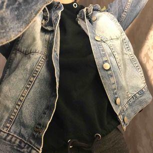 """Second hand denim jacka. Kortare i midjan och lite """"over size"""" beroende på hur man vill att den ska sitta. Bra skick används tyvörr inte då jag har för många jeans jackor (om det ens går??)"""