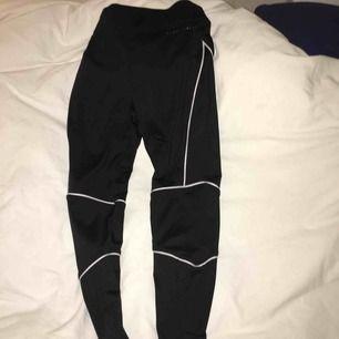 Svarta träningsbyxor med reflexsträck, stretchiga