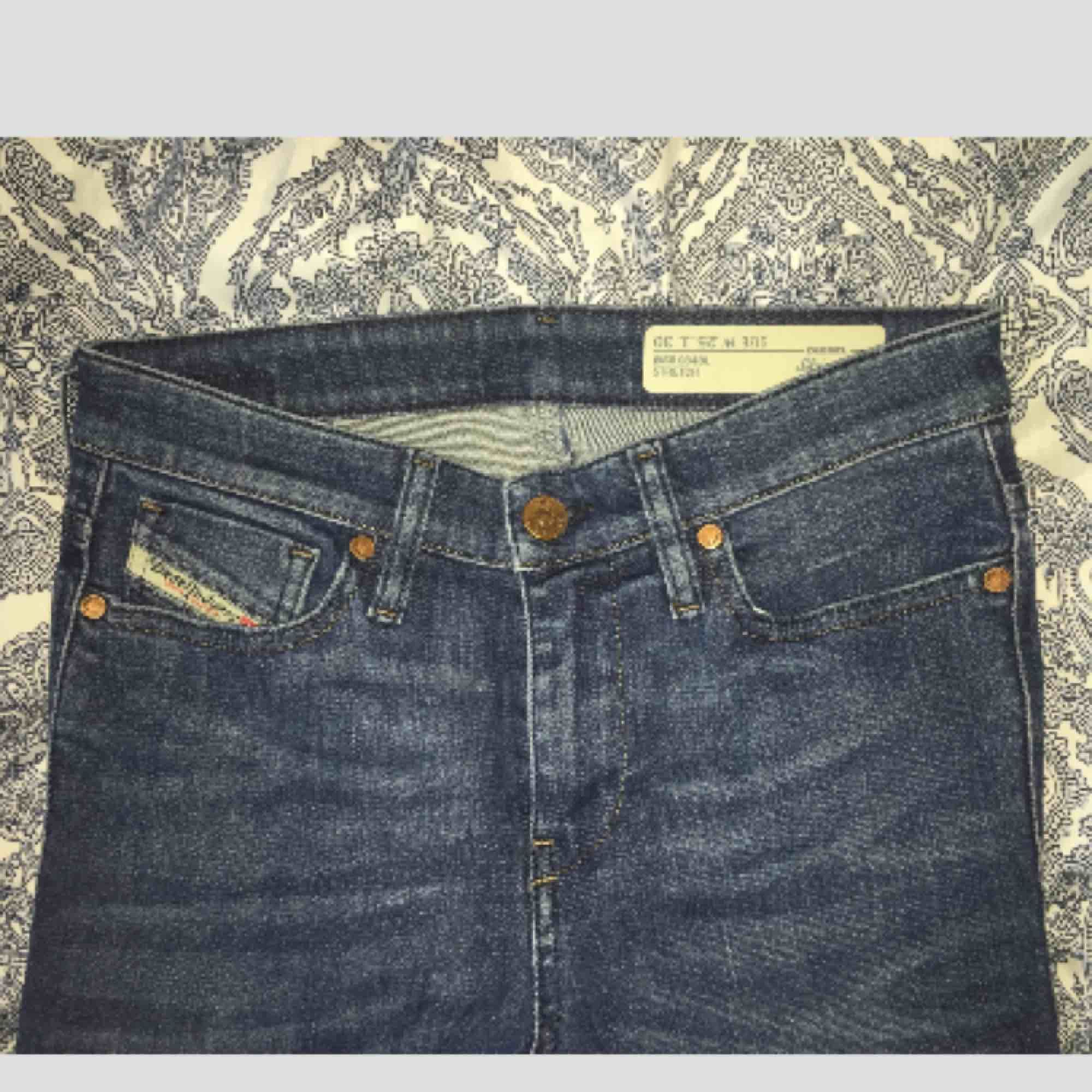Sparsamt använda. Bra skick. Modell: skinny, normal/hög midja, mörkblå tvätt. Originalpris: 899 kr. Midja: 25. Längd: 30. 300 + frakt. Swish 💙. Jeans & Byxor.