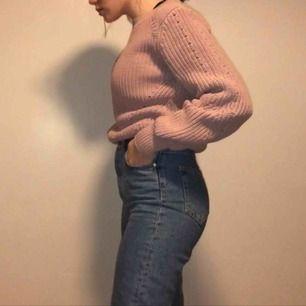 Super fin ljus rosa/lila stickad tröja från H&M. Nästan aldrig använd! Frakt inräknat.