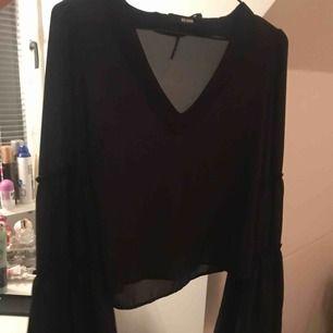 Superfin tröja från bikbok! Vida ärmar, använd fåtal gånger, fler bilder kan skickas vid intresse!🌸 frakt tillkommer