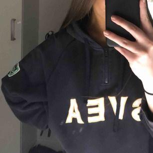 Vintage hoodie från Svea som är marinblå. Oversized så passar alla storlekar och sitter snyggt på alla beroende på hur man vill ha den då. Betalning via swish, kan frakta 💓