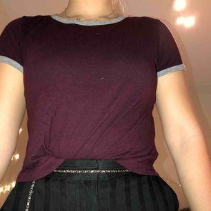 Vinröd t-shirt med gråa detaljer från bershka, säljes pga för liten. Köparen står för frakten. Kan också mötas upp i malmö :)