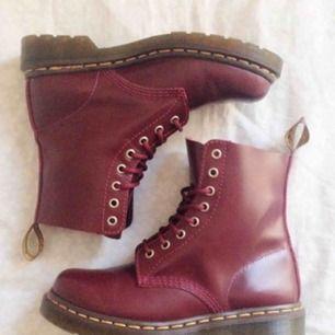 Säljer mina nästintill oanvända dr Martens skor i vinröd färg, fraktar för 56:- men ses även i sthlm💖💖