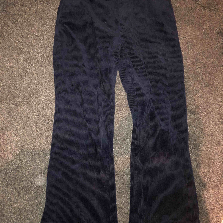 skit snygga marinblåa manchester byxor med kick flare model från & Other stories, Nypris 800kr. Jeans & Byxor.