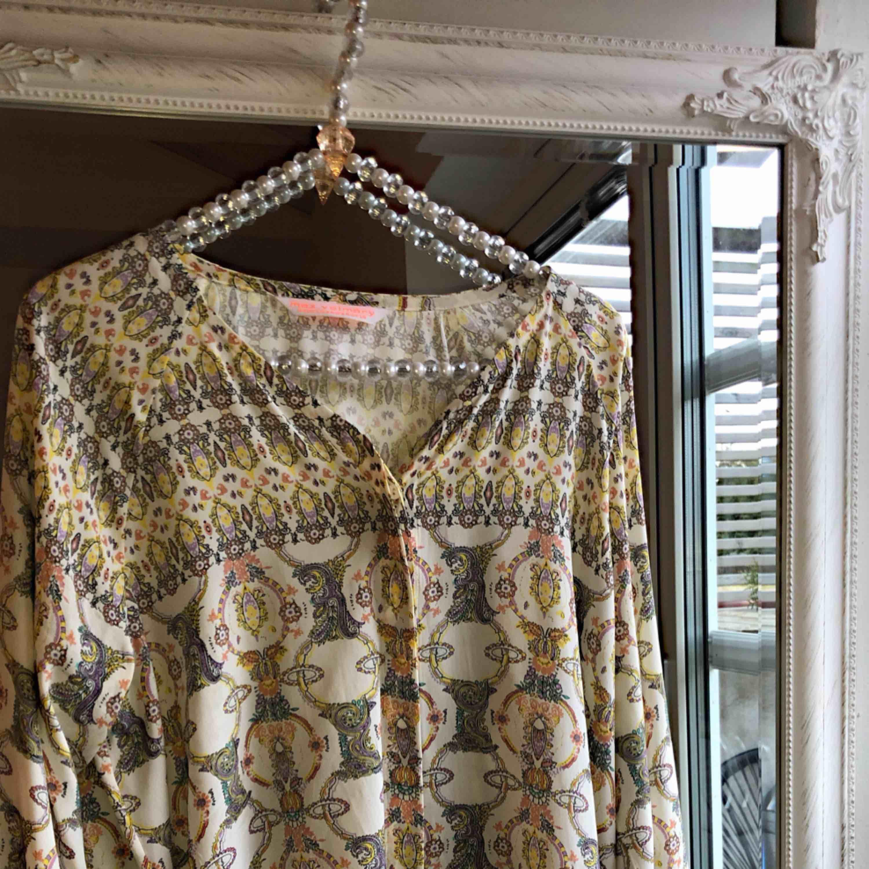 Max Volmáry blus i ett underbart mönster. 90% Viskos 10% spandex (silkigt material). Köpare betalar frakt 🌼. Blusar.