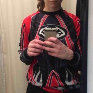 Cool vintage motorcross (?) långärmad tröja i stl M med tribal mönster. Frakt 55 kr.