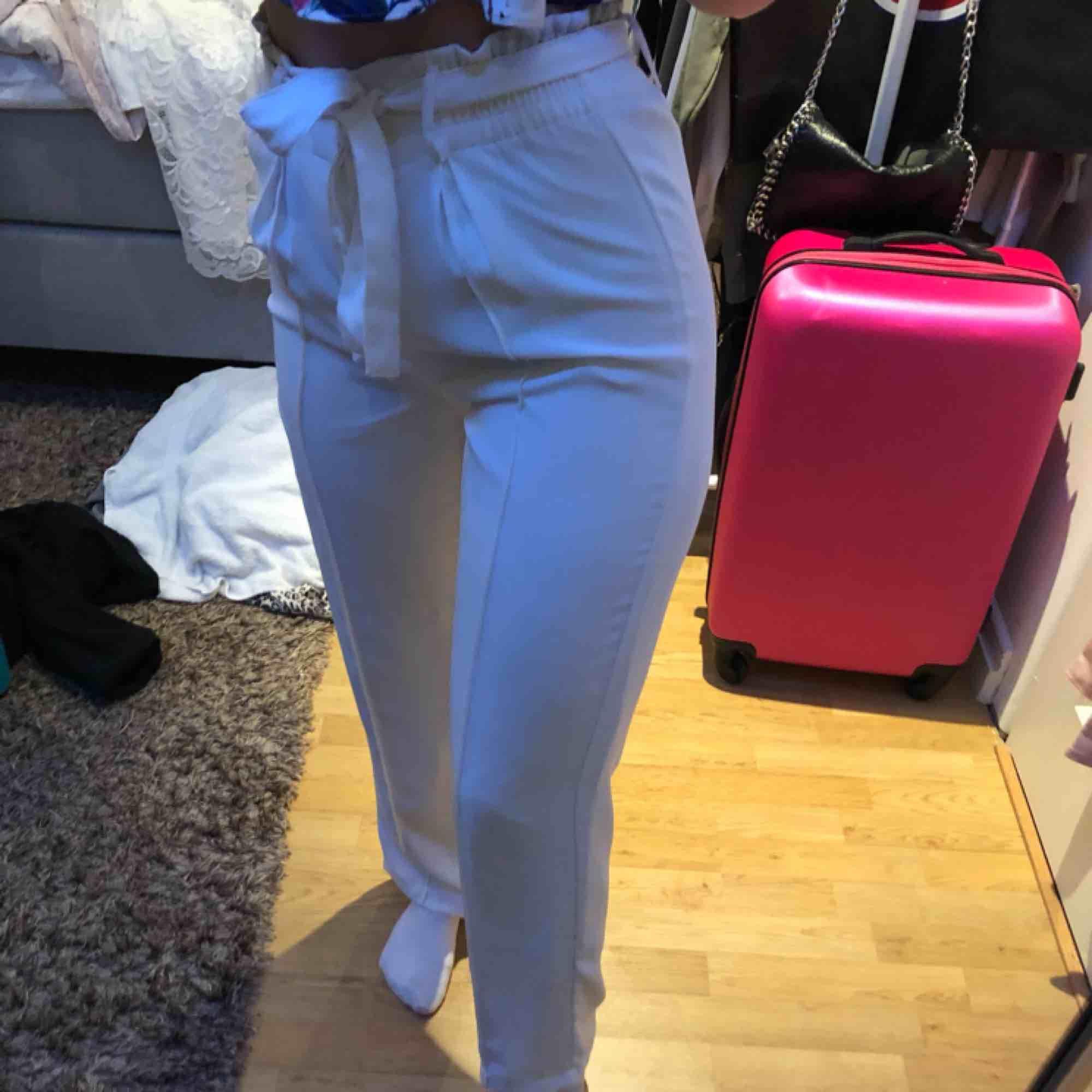 Kostym byxor från bikbok. Använt 1 gång på skolavslutning. Fler bilder vid intresse! 100kr + frakt.❣️. Jeans & Byxor.