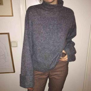 Stickad tröja med vida, lite längre armar. Inga fläckar. Använd max 5 gr.