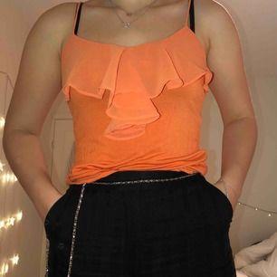 Orange linne med volanger, väldigt snyggt!   Köparen står för frakten. Kan också mötas upp i malmö :)