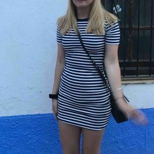 Blå vit randig klänning från hm, använd en handfull gånger!   Köparen står för frakten. Kan också mötas upp i malmö :)